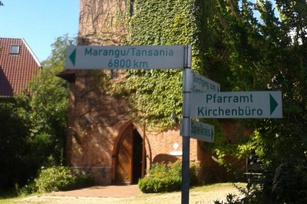 wegweiser-vor-der-kirche-in-nenndorf